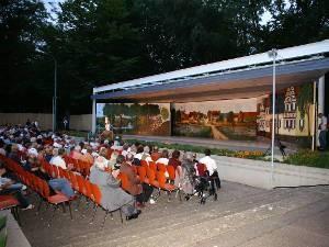 Zuschauer bei der ausverkauften Premiere im Park