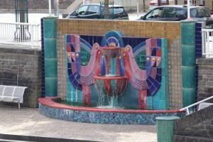 Ein Brunnen, der am Ufer der Lahn steht.