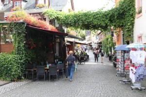 Eine Einkaufsstraße in Rüdesheim