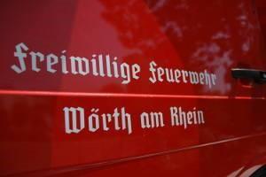 Ein älterer Schriftzug auf einem der Fahrzeuge