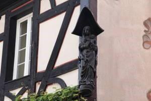 Holzfigur an einer Wand in Rüdesheim