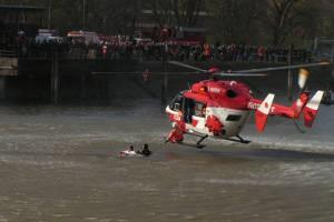 Luftrettung aus dem kalten Rheinwasser mit dem Hubschrauber.